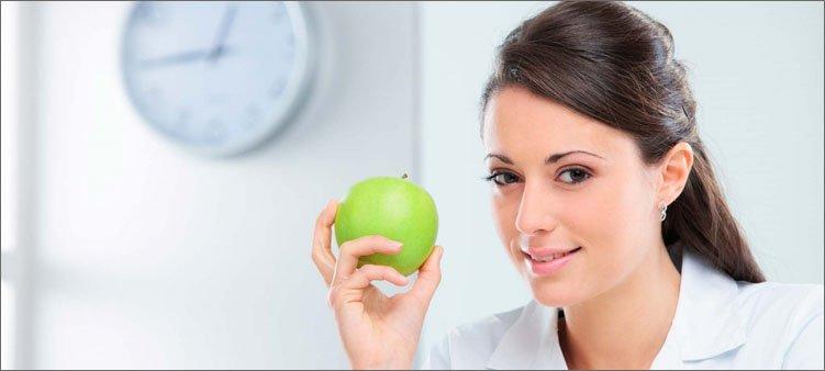 диетолог-показывает-зеленое-яблоко