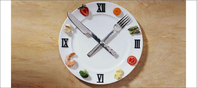 часы-из-тарелки-вилки-ножа-и-кусочков-еды
