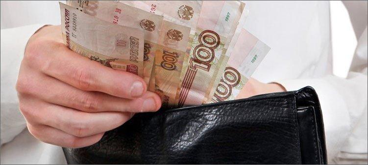 бумажные-деньги-в-руке
