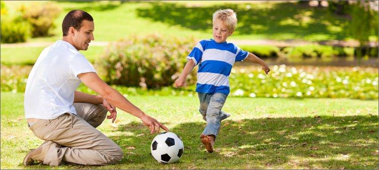 папа-и-сын-играют-в-футбол