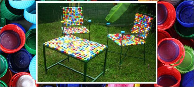 мебельный-гарнитур-из-крышек-от-пластиковых-бутылок