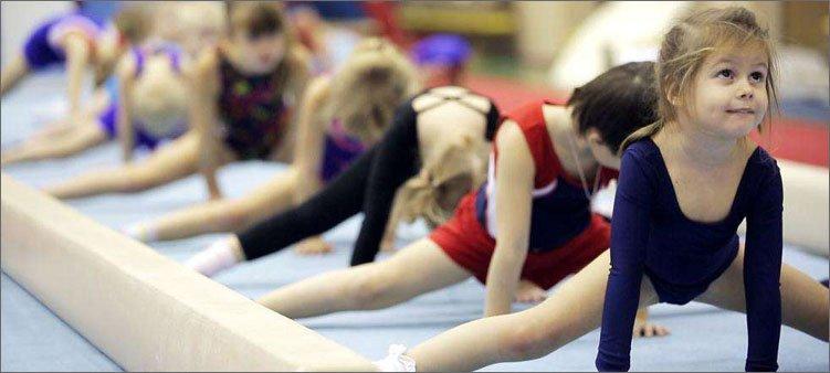 девочки-занимаются-спортивной-гимнастикой