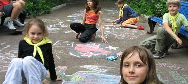 дети-рисуют-на-асфальте