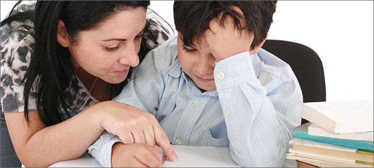 мама-помогает-с-уроками-сыну