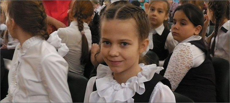 девочка-в-нарядной-школьной-форме