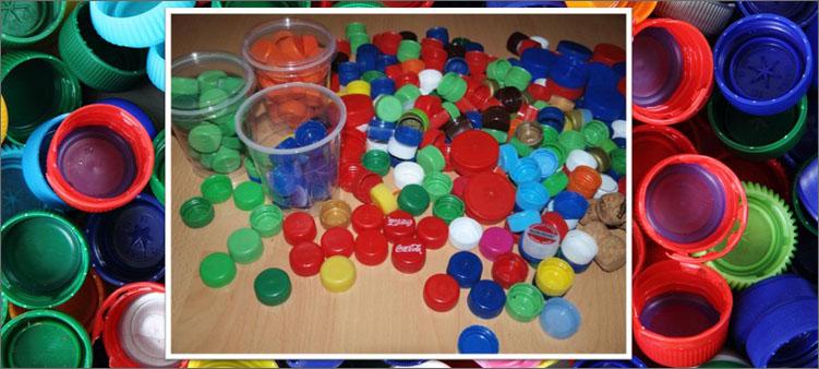 много-цветных-крышек-от-пластиковых-бутылок-и-стаканчики