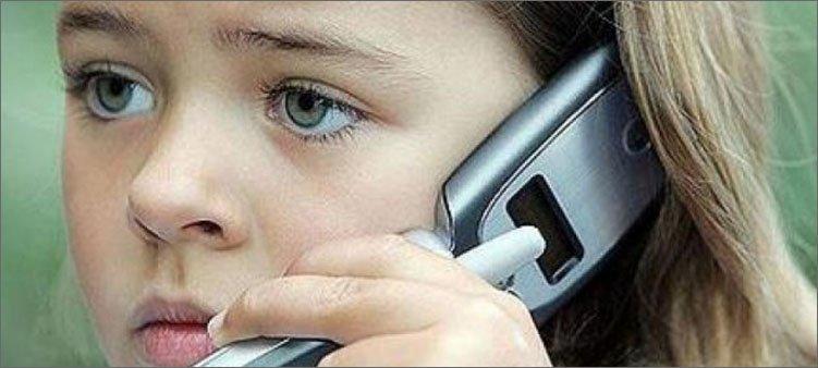 девочка-звонит-по-телефону