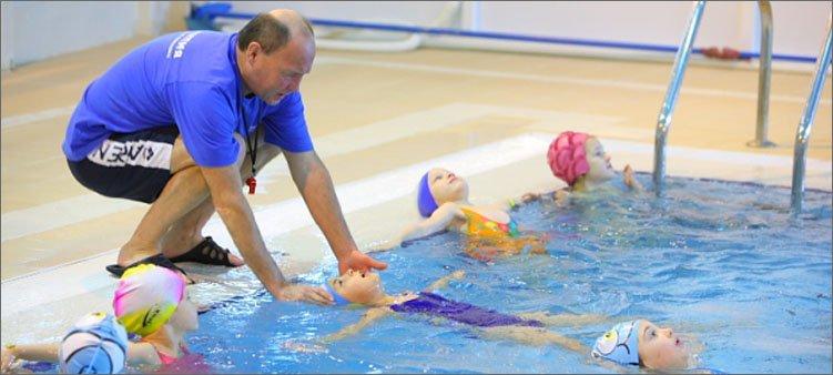 дети-занимаются-в-бассейне-с-тренером