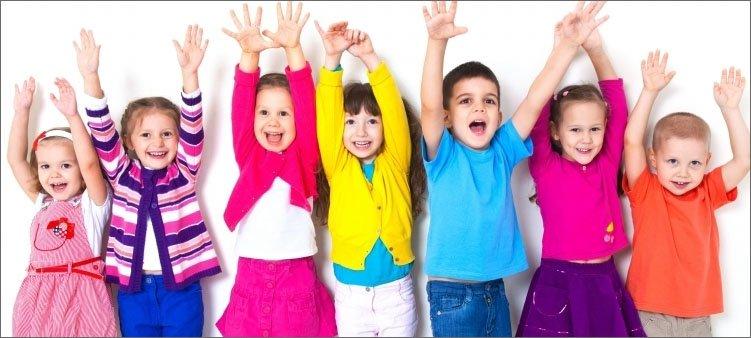 дети-в-яркой-одежде-подняли-руки-вверх
