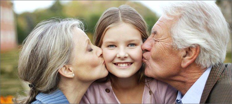 дедушка-и-бабушка-целуют-внучку