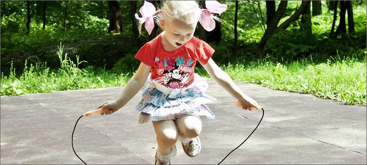 девочка-прыгает-на-скакалке