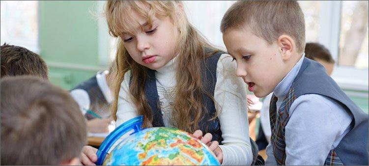 дети-рассматривают-глобус