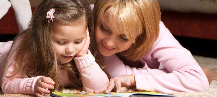 мама-с-дочкой-читают-книгу