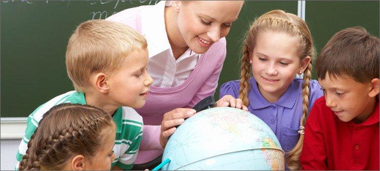 учитель-и-дети-смотрят-на-глобус