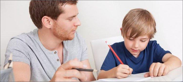папа-помогает-сыну-с-уроками