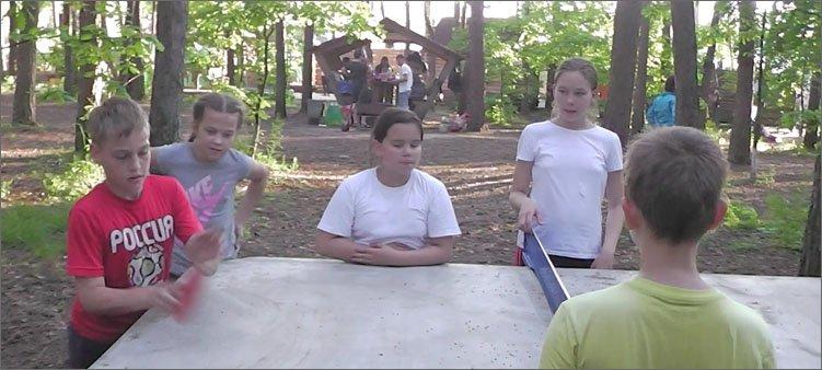 дети-играют-в-настольный-теннис