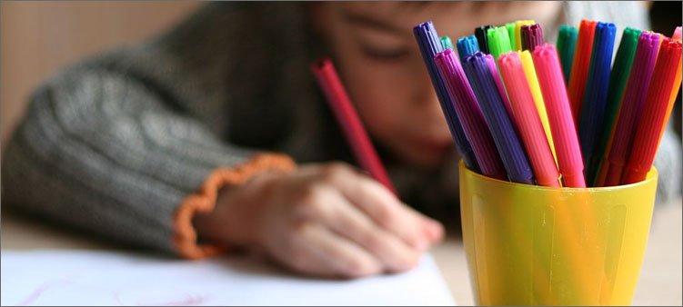 ребенок-рисует-фломастерами