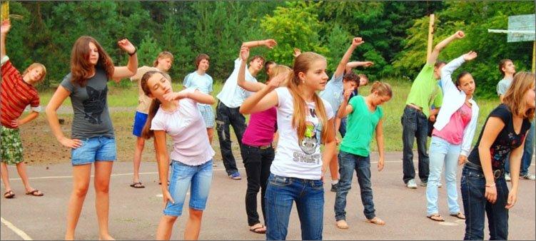 дети-делают-зарядку-в-лагере