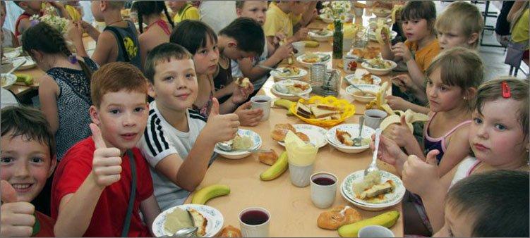 дети-ужинают-в-столовой