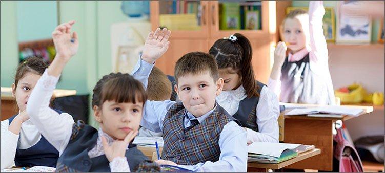 дети-тянут-руки-на-уроке