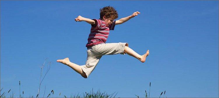 мальчик-бежит-и-подскакивает
