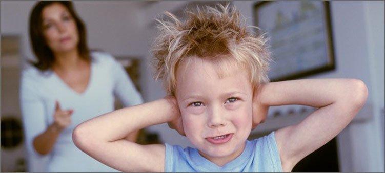 мальчик-закрыл-уши-и-не-хочет-слушать-маму
