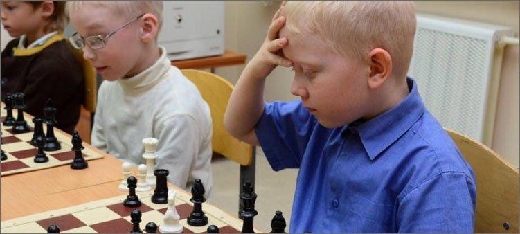 мальчик-играет-в-шахматы-и-думает-над-ходом