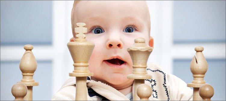 маленький-ребенок-смотрит-на-шахматы