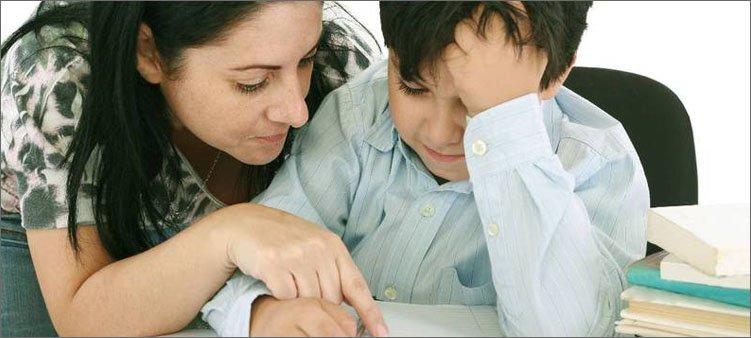 мама-объясняет-сыну-урок