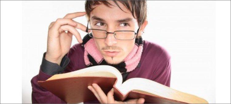 мужчина-в-шарфе-в-очках-и-с-книгой