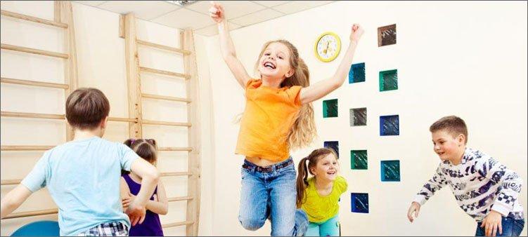 веселые-дети-играют-и-прыгают
