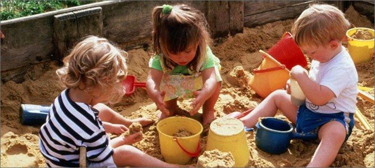 дети-играют-в-песочнице