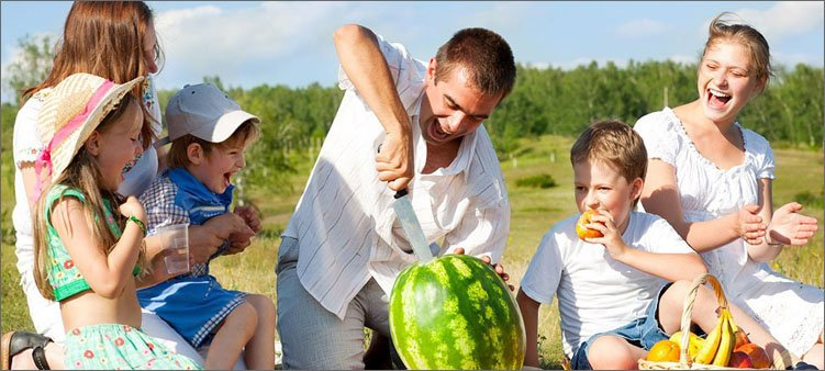 папа-на-семейном-пикнике-разрезает-арбуз