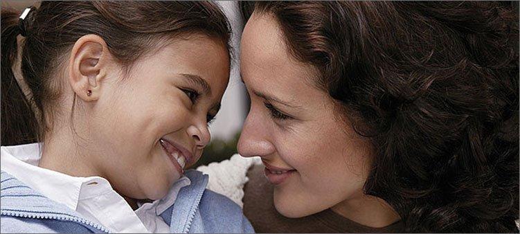 мама-и-дочка-улыбаются-друг-другу