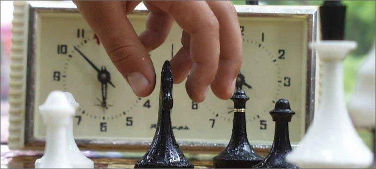 рука-шахматиста-передвигает-фигуру