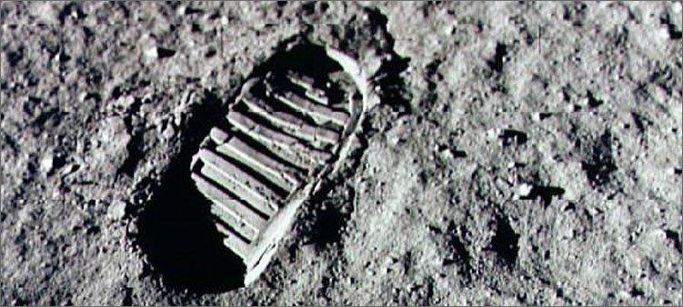 след-астронавта-оставленный-на-поверхности-луны