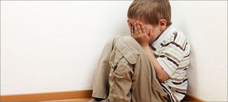 мальчик-сидит-в-углу-и-плачет