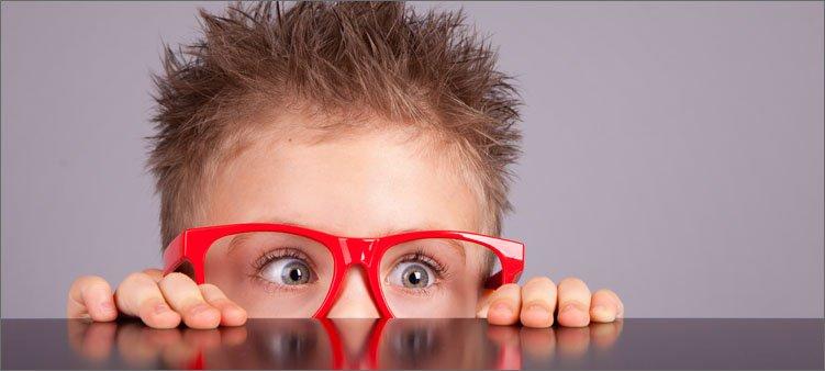 испуганный-мальчик-выглядывает-из-за-стола