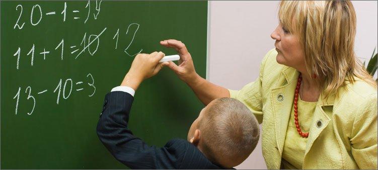 учитель-у-доски-исправляет-ошибку-ученика