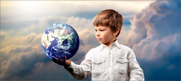 мальчик-держит-на-руке-земной-шар