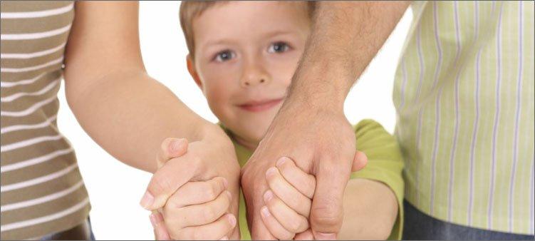 родители-держат-сына-за-руки