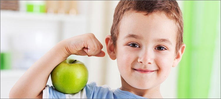 здоровый-мальчик-с-зеленым-яблоком