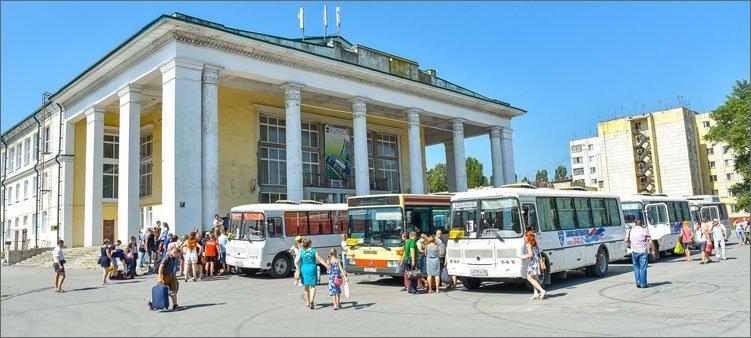 автобусы-отправляются-в-детский-лагерь