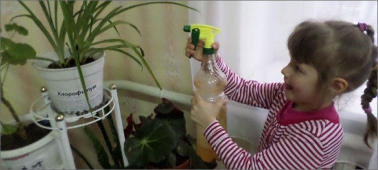 девочка-поливает-цветы