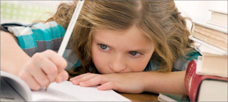 девочка-нехотя-делает-уроки