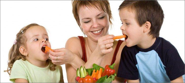 мама-кормит-детей-морковкой