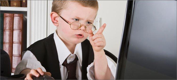 мальчик-работает-за-компьютером
