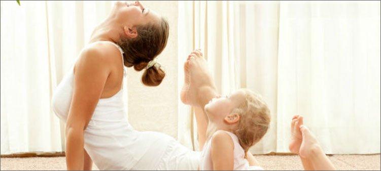 мама-и-дочка-делают-упражнение-корзинка