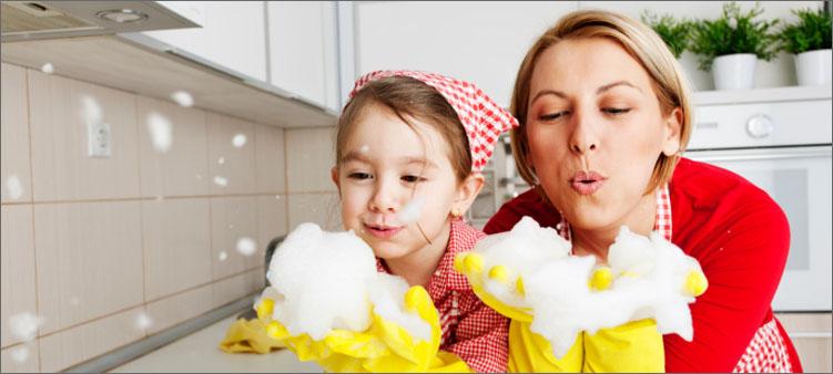 мама-и-дочка-убираются-на-кухне
