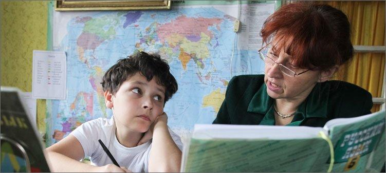 мальчик-занимается-с-учителем-дома